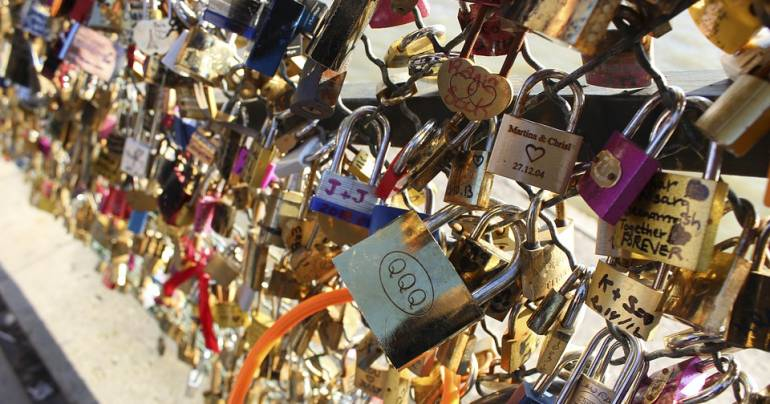 מה בין זוגיות במשבר למנעול אהבה על הגשר בפריז